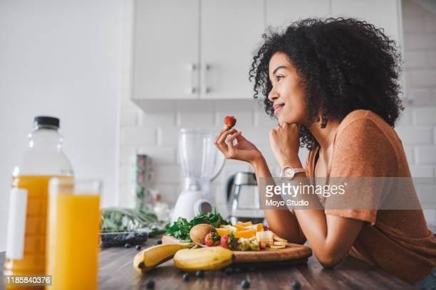 por que comer menos, quando você pode preferir comer direito - healthy eating - fotografias e filmes do acervo