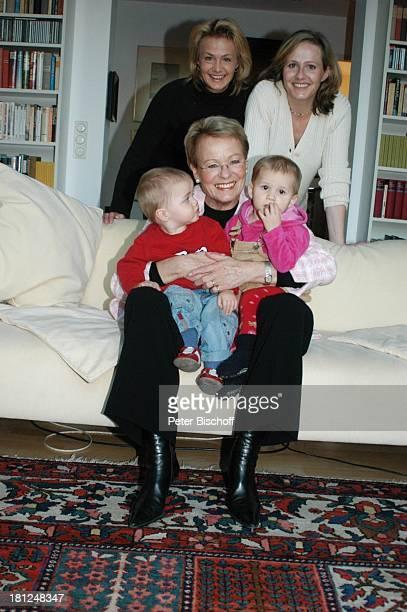 """Wibke Bruhns , mit Enkelkindern """"Sammy"""" Sam Jasper und Ida Luise , Tochter Annika Bruhns-Petersson und Tochter Meike Bruhns , Homestory, Berlin, ,"""