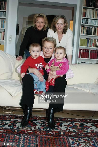 """Wibke Bruhns mit Enkelkindern """"Sammy"""" Sam Jasper und Ida Luise , Tochter Annika Bruhns-Petersson-Petersson ) und Tochter Meike Bruhns , Homestory,..."""