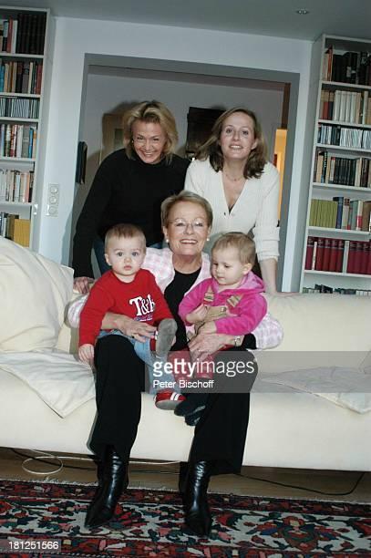 """Wibke Bruhns mit Enkelkindern """"Sammy"""" Sam Jasper und Ida Luise , Tochter Annika Bruhns-Petersson ) und Tochter Meike Bruhns , Homestory, Berlin, ,"""