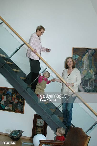 "Wibke Bruhns mit Enkeltochter Ida Luise , Engelssohn ""Sammy"" Sam Jesper , Tochter Meike Bruhns , Homestory, Berlin, ,"