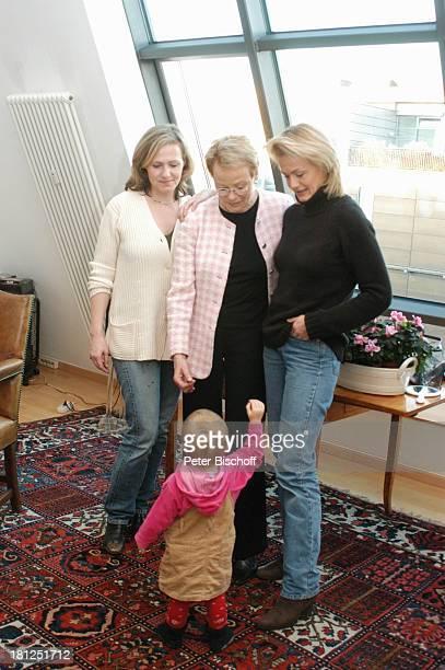 Wibke Bruhns mit Enkeltochter Ida Luise, Tochter Meike Bruhns , Tochter Annika Bruhns-Petersson , Homestory, Berlin, ,