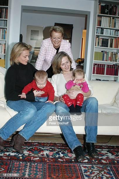 "Wibke Bruhns , Tochter Annika Bruhns-Petersson ) mit Sohn ""Sammy"" Sam Jesper, Tochter Meike Bruhns mit Tochter Ida Luise, Homestory, Berlin, ,"