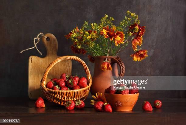 wicker basket full of strawberries - natureza morta - fotografias e filmes do acervo