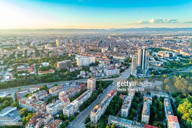 brede luchtdrone geschoten van sofia stad, bulgarije - (bulgaarse : софия, зентрална заст) - bulgarije stockfoto's en -beelden