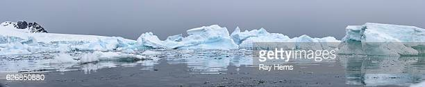 wide angle panorama of icebergs with reflections in antarctica - south pole stock pictures, royalty-free photos & images