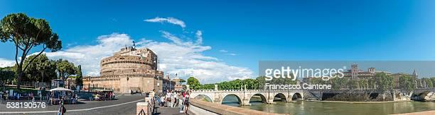 Weitwinkel-panorama mit Touristen besuchen Sie die Engelsburg
