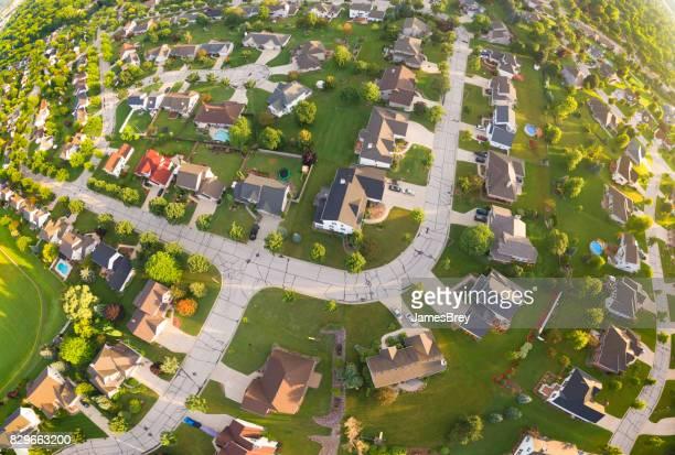 vista aérea panorâmica de grande angular de bairros agradável ao nascer do sol - green bay wisconsin - fotografias e filmes do acervo