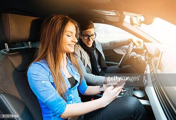 ピンぼけのポートレート、魅力的な若いカップルの車、高級車