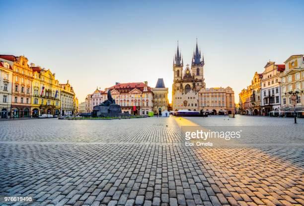 旧市街広場、プラハで日の出のティーンの前に聖母教会の広角ビュー - プラハ 旧市街広場 ストックフォトと画像