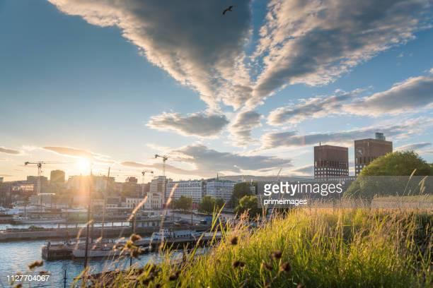 広角の人々 や旅行者とオスロ市庁舎とストリート シーンの眺め/オスロ, ノルウェー - オスロ ストックフォトと画像