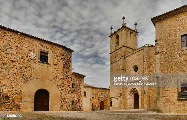 wide angle view of plaza santa maria and the cathedral in the medieval historic center of caceres - victor ovies fotografías e imágenes de stock