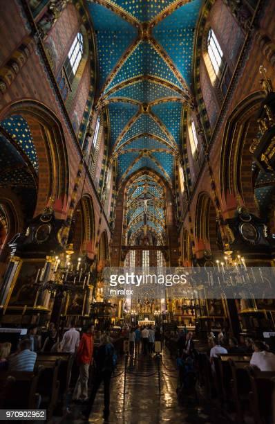 ポーランド ・ クラクフの聖マリア大聖堂の広角ビュー - kraków ストックフォトと画像