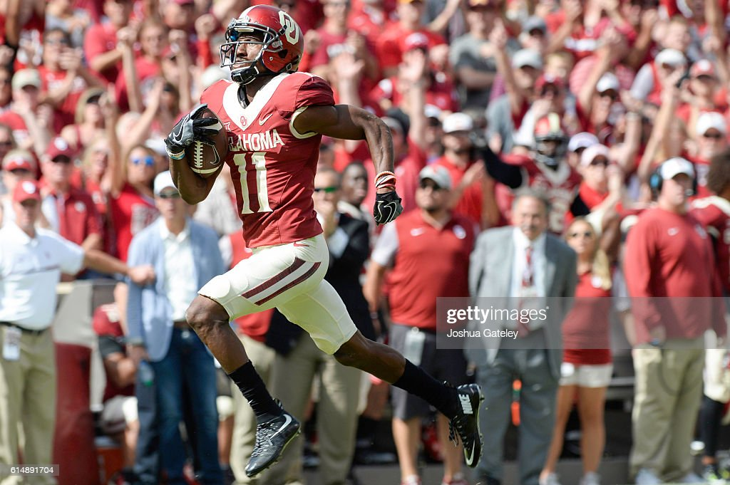 Wide receiver Dede Westbrook #11 runs the ball in to the end zone for an 88-yard touchdown catch against the Kansas State Wildcats at Gaylord Family Oklahoma Memorial Stadium on October 15, 2016 in Norman, Oklahoma.