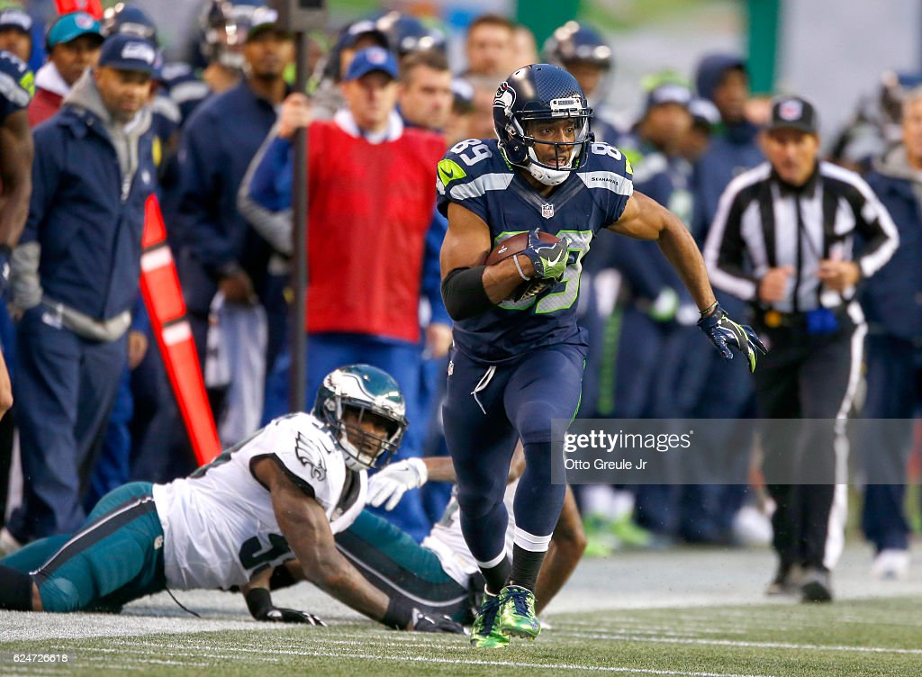 Wide receiver Doug Baldwin #89 of the Seattle Seahawks takes a catch upfield against the Philadelphia Eagles at CenturyLink Field on November 20, 2016 in Seattle, Washington.