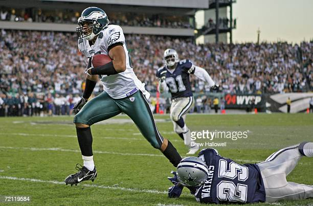 Wide receiver Hank Baskett of the Philadelphia Eagles breaks the tackle of safety Pat Watkins of the Dallas Cowboys for a touchdown on October 8,...