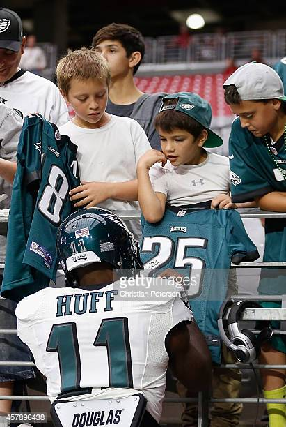 Wide receiver Josh Huff of the Philadelphia Eagles signs autographs for young fans prior to the NFL game against the Arizona Cardinals at the...