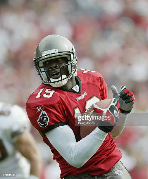 Wide Receiver Keyshawn Johnson of the Tampa Bay Buccaneers runs the ball against the San Francisco 49ers during the NFC Divisional Playoff game at...