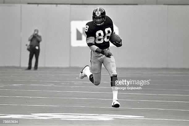 Wide receiver Lynn Swann of the Pittsburgh Steelers in action against the Oakland Raiders at Three Rivers Stadium on September 25 1977 in Pittsburgh...