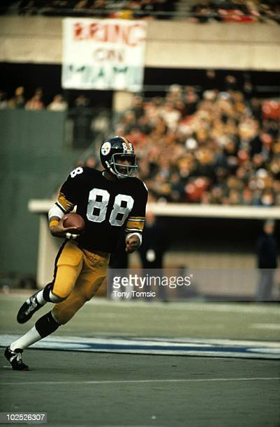 Wide receiver Lynn Swann of the Pittsburgh Steelers runs with the ball during a game on December 14 1974 against the Cincinnati Bengals at Three...
