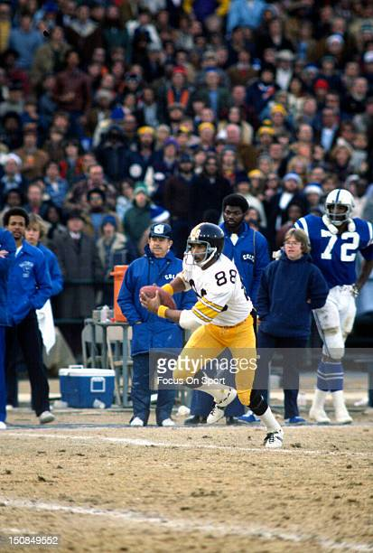 Wide Receiver Lynn Swann of the Pittsburgh Steelers runs with the ball against the Baltimore Colts during an NFL football game circa 1976 at Memorial...