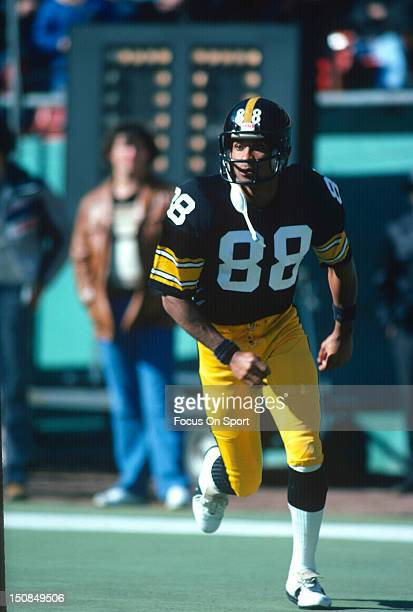 Wide Receiver Lynn Swann of the Pittsburgh Steelers warms up before an NFL football game circa 1979 at Three Rivers Stadium in Pittsburgh...