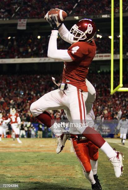 Wide receiver Malcolm Kelly of the Oklahoma Sooners catches a pass for a touchdown against the Nebraska Cornhuskers in the third quarter during the...