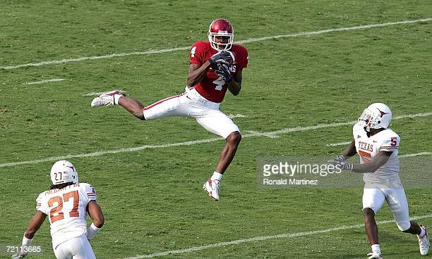 Wide receiver Malcolm Kelly of the Oklahoma Sooners makes a pass reception against the Texas Longhorns during the Red River Shootout at the Cotton...