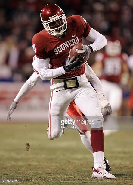 Wide receiver Malcolm Kelly of the Oklahoma Sooners pulls in a 66yard pass for a touchdown against the Nebraska Cornhuskers in the first quarter...