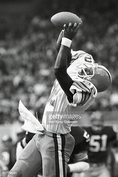 Wide receiver Ozzie Newsome of the Cleveland Browns catches a pass during a game on October 15 1978 against the Pittsburgh Steelers at Municipal...