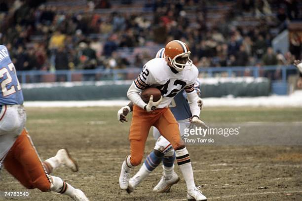 Wide receiver Paul Warfield of the Cleveland Browns advances the ball upfield after catching a pass during a game on December 5, 1976 against the...