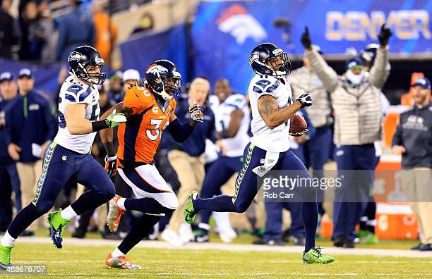 Wide receiver Percy Harvin of the Seattle Seahawks carries the ball against the Denver Broncos during Super Bowl XLVIII at MetLife Stadium on...