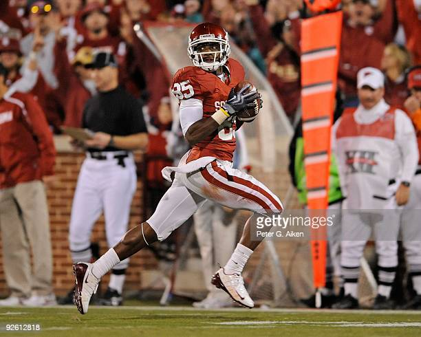 31 Wide receiver Ryan Broyles of the Oklahoma Sooners sprints down field after making a catch in the second half against the Kansas State Wildcats on...