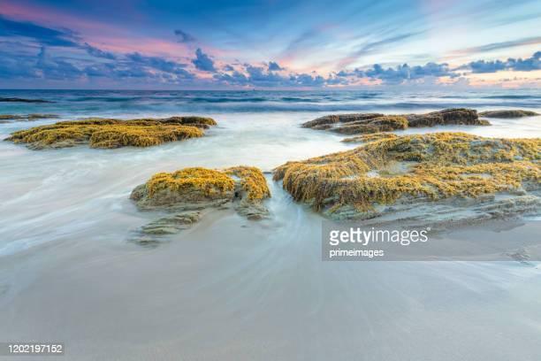 weit geschossen schöne landschaft sonnenuntergang tropischen strand meer in südthailand asien - asiatisches langboot stock-fotos und bilder