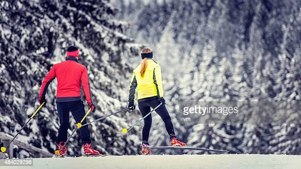 Weitwinkelaufnahme von paar Back Country Ski nordisch