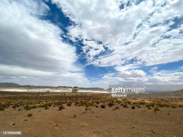 wide shot of the lone rock at the wahweap bay at lake powell - fitopardo stock pictures, royalty-free photos & images
