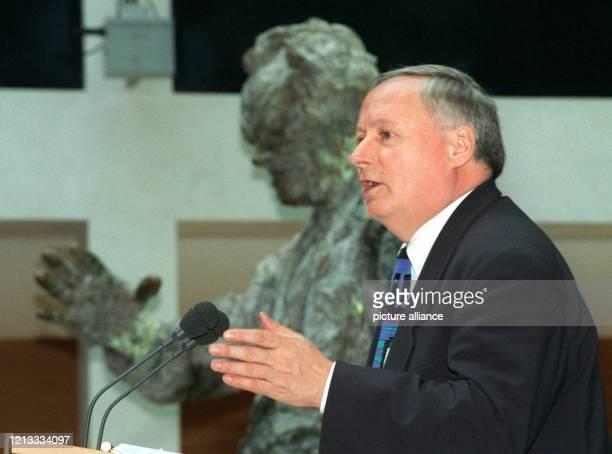 Vor der Büste Willy Brandts spricht der SPDVorsitzende Oskar Lafontaine am 731997 im Berliner WillyBrandtHaus zur Eröffnung der Konferenz...