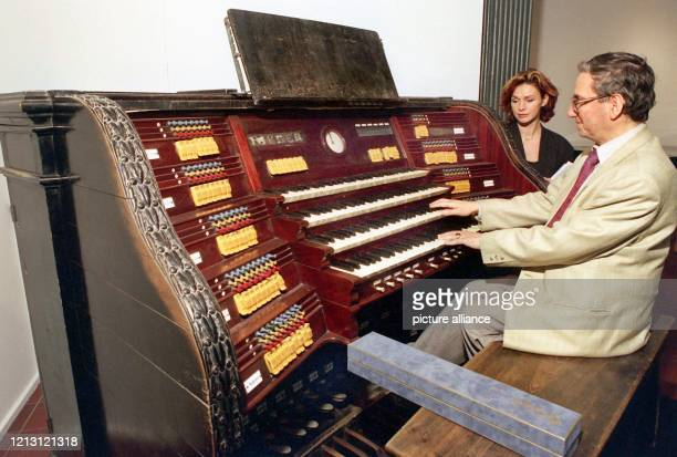 Wie einst Franz Lizst sitzt am Andor Izsak im Forum des Niedersächsischen Landesmuseums in Hannover an dem im Jahr 1860 erbauten Spieltisch der einst...