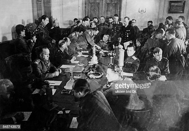 Wiederholung der Unterzeichnung der bedingungslosen Gesamtkapitulation durch Vertreter des Oberkommandos der Wehrmacht im einstigen Kasino einer...