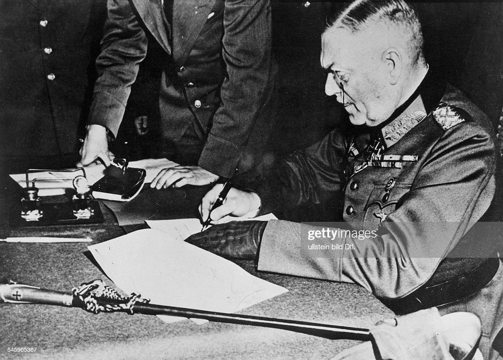 WK II Kapitulation Berlin Karlshorst - W. Keitel beim Unterzeichnen der Dokumente : News Photo