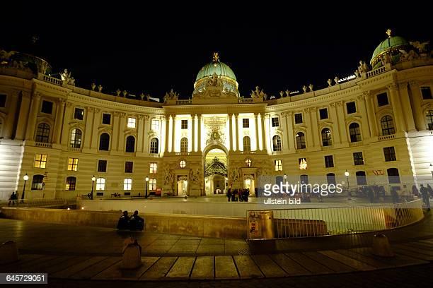 Wien bei Nacht Blick auf die Hofburg vom Michaelerplatz aus