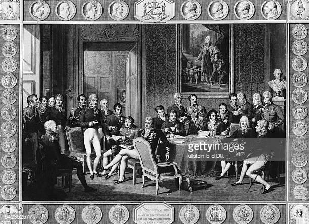 Wiener Kongress / Gruppenaufnahme der Teilnehmer vl sitzend Fürst KarlAlexander Hardenberg hinter ihm stehend Wellington vlstehend Fürst Metternich...
