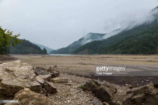 wiestal stausee austria dry lake and mountains - wasserrand stock-fotos und bilder