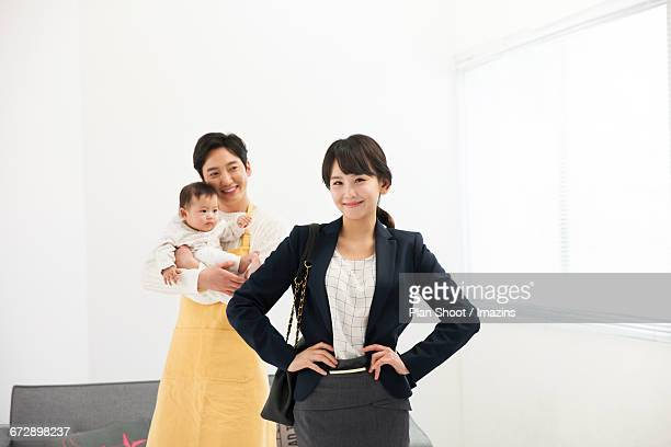 wife and child-rearing husband go to work - 主夫 ストックフォトと画像