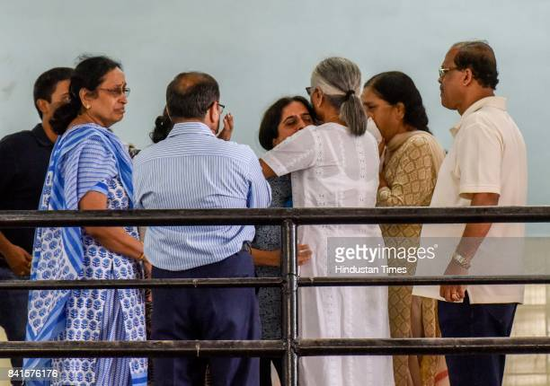 Wife of Dr Deepak Amrapurkar sister along with relatives and friends during the funeral of Dr Amarapurkar at Shivaji Park crematorium on August 31...