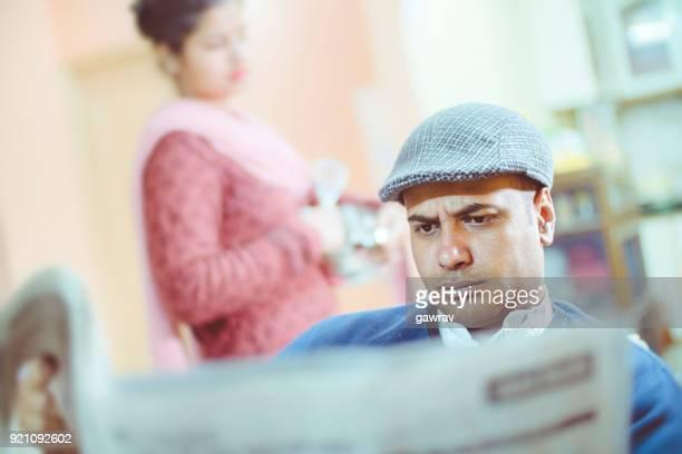 Frau sucht Hilfe in der Küche von ihrem kurzen ausgeglichenen Mann.