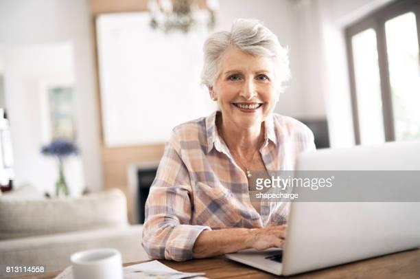 wifi é uma coisa maravilhosa - mulheres idosas - fotografias e filmes do acervo