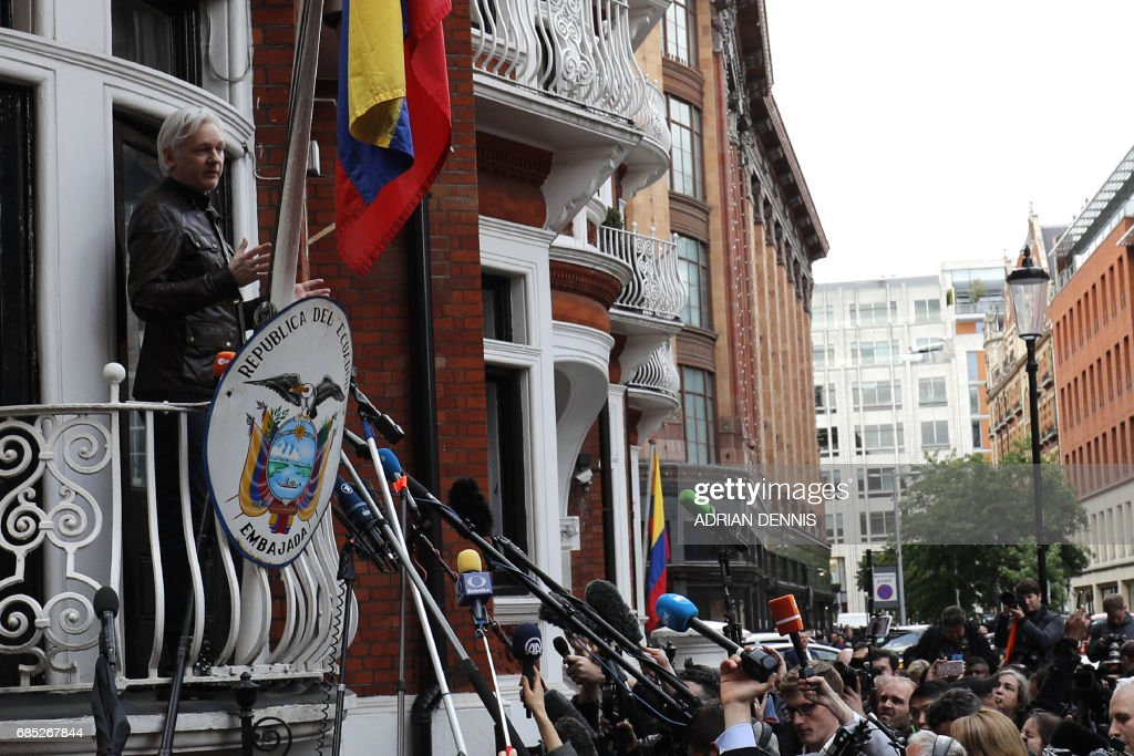 Wikileaks founder Julian Assange appears on the balcony of the Embassy of Ecuador in London on May 19, 2017. Ecuador urged Britain today to 'grant safe passage' out of the country to WikiLeaks founder Julian Assange after Sweden dropped a warrant that drove him to take refuge in Ecuador's London embassy. / AFP PHOTO / Adrian DENNIS