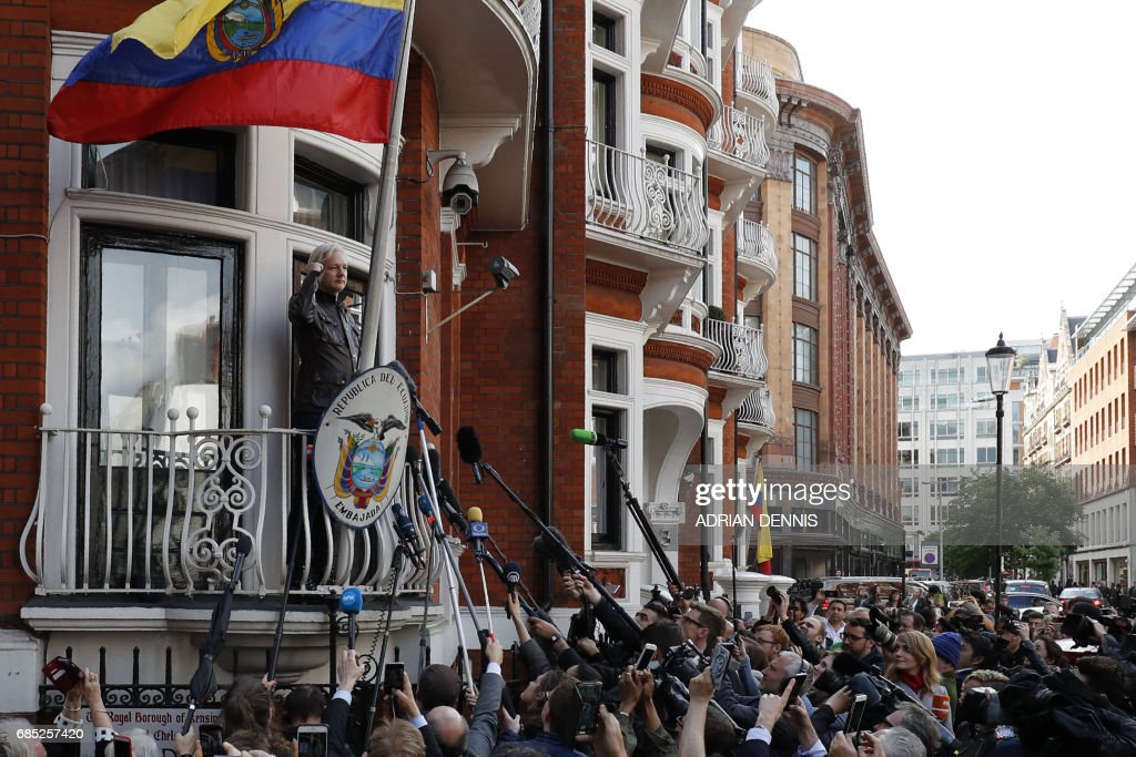 Wikileaks founder Julian Assange speaks on the balcony of the Embassy of Ecuador in London on May 19, 2017. Ecuador urged Britain today to 'grant safe passage' out of the country to WikiLeaks founder Julian Assange after Sweden dropped a warrant that drove him to take refuge in Ecuador's London embassy. / AFP PHOTO / Adrian DENNIS