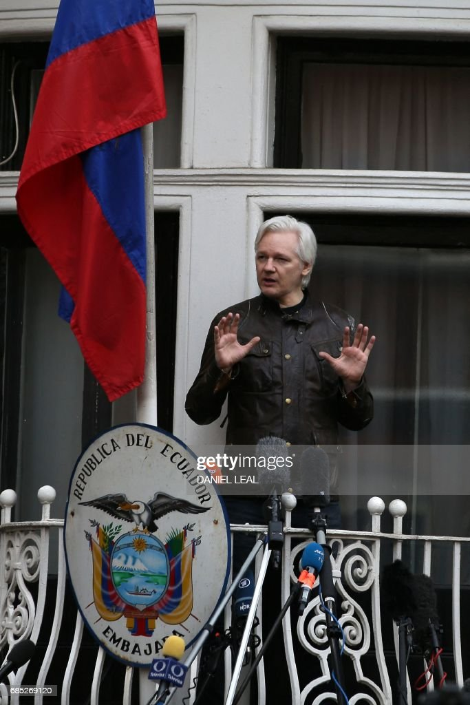 Wikileaks founder Julian Assange speaks on the balcony of the Embassy of Ecuador in London on May 19, 2017. Ecuador urged Britain today to 'grant safe passage' out of the country to WikiLeaks founder Julian Assange after Sweden dropped a warrant that drove him to take refuge in Ecuador's London embassy. / AFP PHOTO / Daniel LEAL
